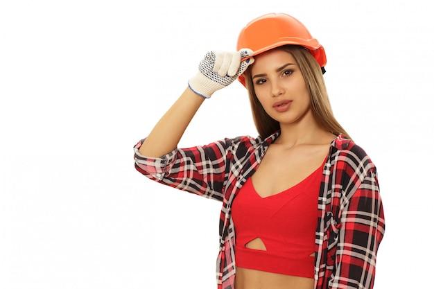 Linda mulher confiante com chapéu de engenheiro protetor