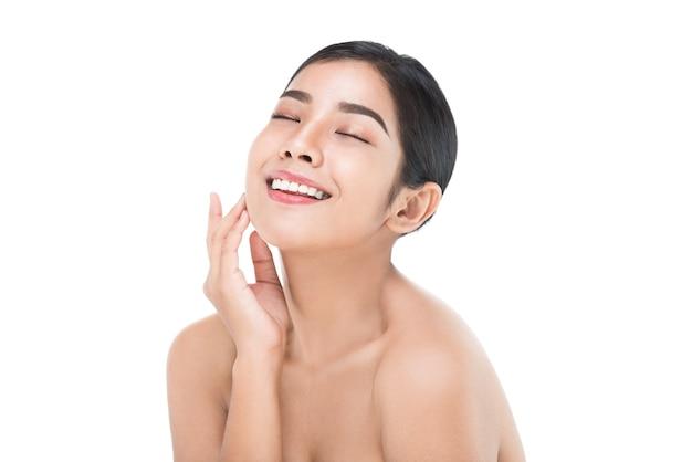 Linda mulher cuida do rosto de pele isolado no branco com traçado de recorte
