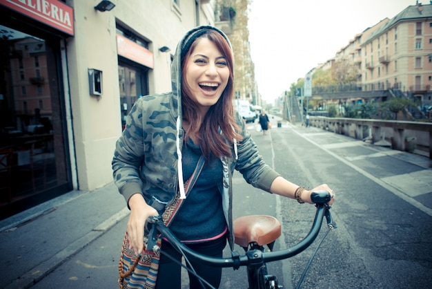 Linda mulher de cabeça vermelha na moto
