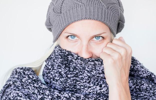 Linda mulher de lenço e chapéu