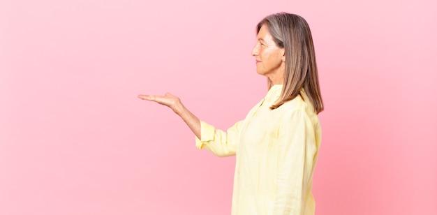 Linda mulher de meia-idade em vista de perfil pensando, imaginando ou sonhando acordada