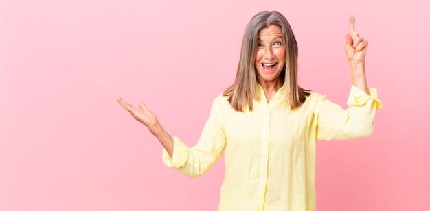 Linda mulher de meia-idade se sentindo um gênio feliz e animado depois de realizar uma ideia
