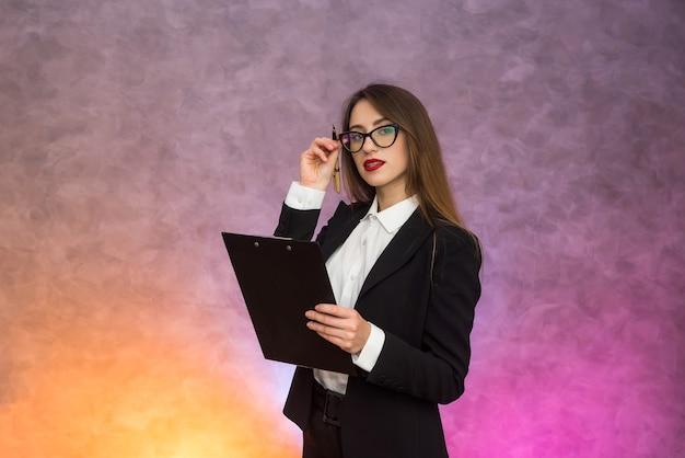 Linda mulher de negócios apontando com uma caneta na prancheta e propondo assinar um contrato