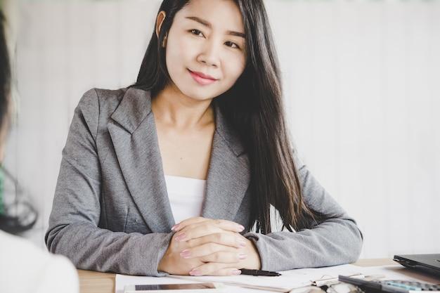 Linda mulher de negócios asiáticos trabalhando em uma sala de reunião
