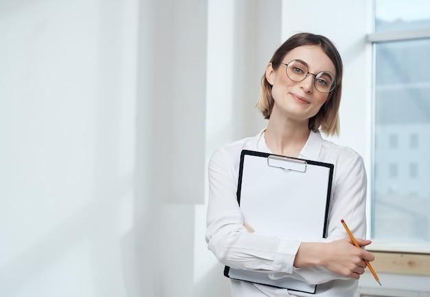 Linda mulher de negócios com camisa branca e documentos profissionais