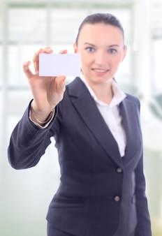 Linda mulher de negócios com o cartão de visita no escritório