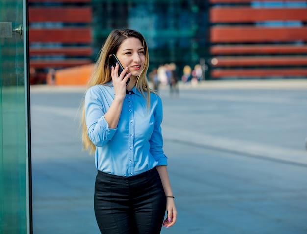 Linda mulher de negócios com telemóvel