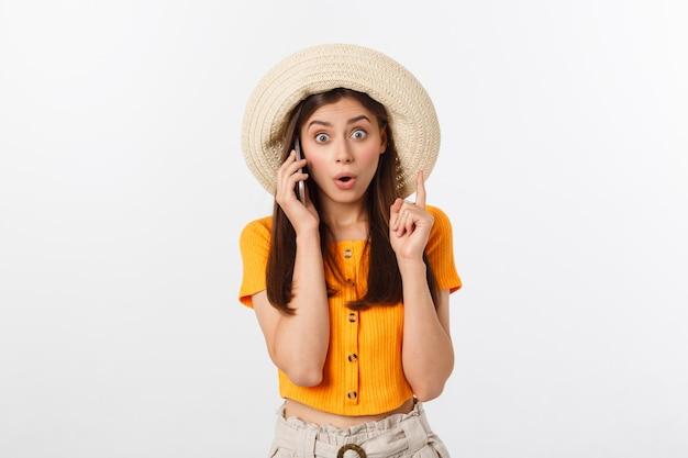 Linda mulher de negócios sorridente, falando ao telefone