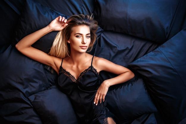 Linda mulher deitada na cama