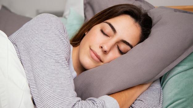 Linda mulher dormindo em casa