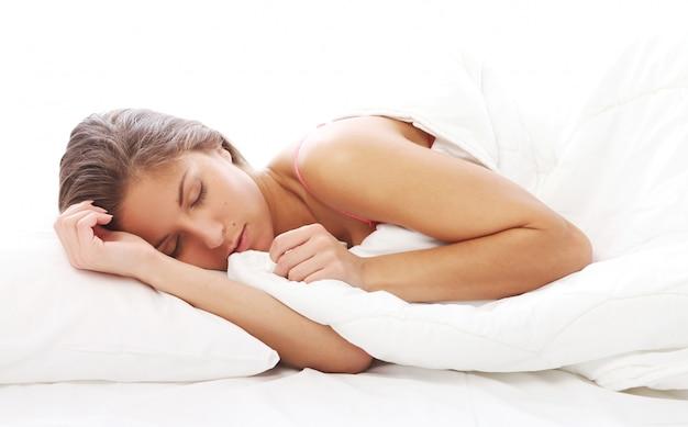 Linda mulher dormindo na cama