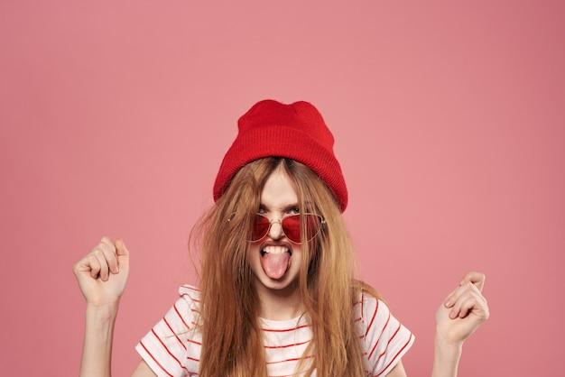 Linda mulher elegante com chapéu vermelho e estúdio de óculos de sol