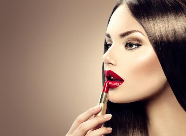 Linda mulher elegante com maquiagem