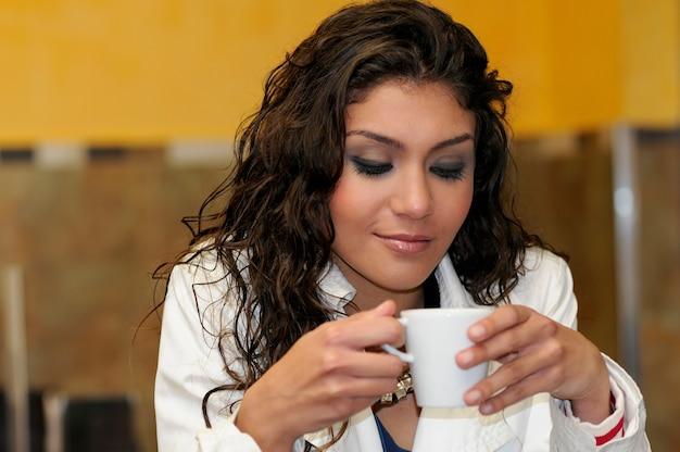 Linda mulher elegante com uma xícara de café