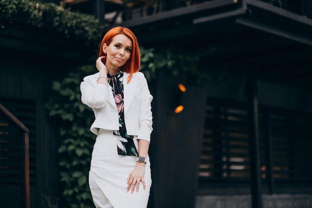 Linda mulher elegante em um terno branco