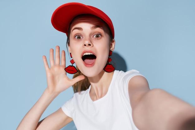 Linda mulher em t-shirt branca boné vermelho verão moda esporte estilo. foto de alta qualidade