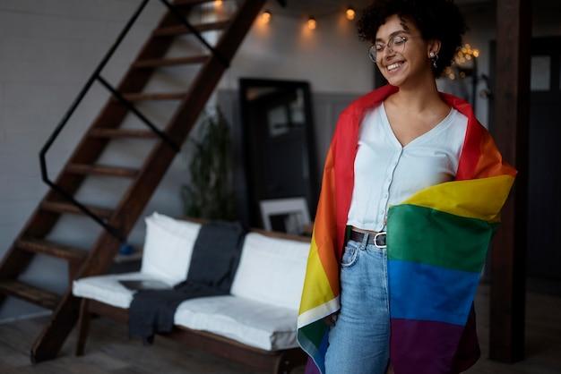 Linda mulher encaracolada com bandeira lgbt