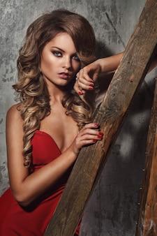Linda mulher encaracolada no vestido vermelho
