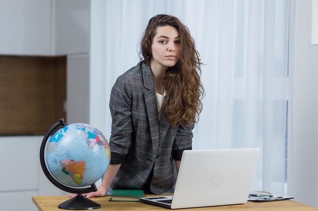 Linda mulher ensinando, ensinando online em casa