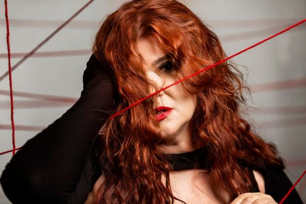Linda mulher envelhecida com cabelo vermelho. confuso nos problemas.
