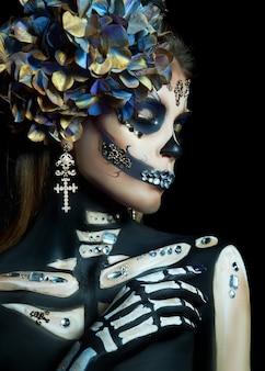 Linda mulher esqueleto com maquiagem de halloween