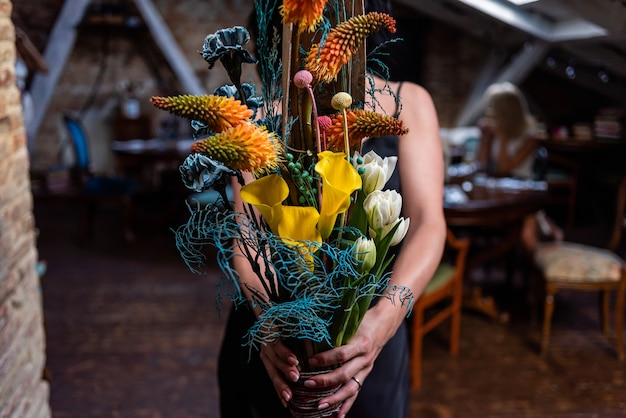 Linda mulher europeia com flores
