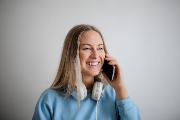 Linda mulher falando ao telefone