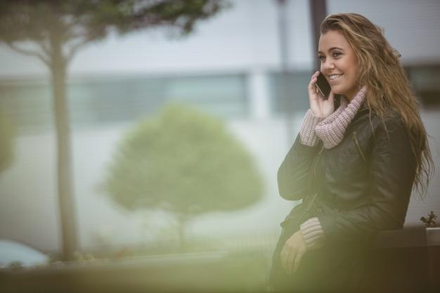 Linda mulher falando no celular