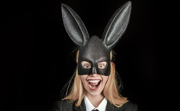 Linda mulher fantasiada de coelho