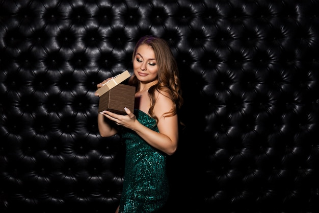 Linda mulher feliz com caixa de presente. celebrando o conceito