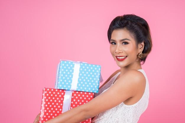 Linda mulher feliz com caixa de presente surpresa