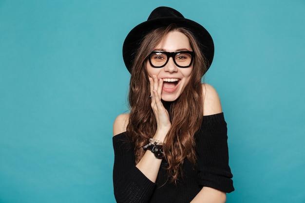 Linda mulher feliz no chapéu e óculos rindo