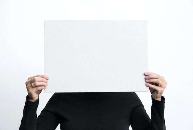 Linda mulher gesticulando com quadro negro isolado no fundo branco