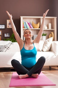 Linda mulher grávida fazendo ioga