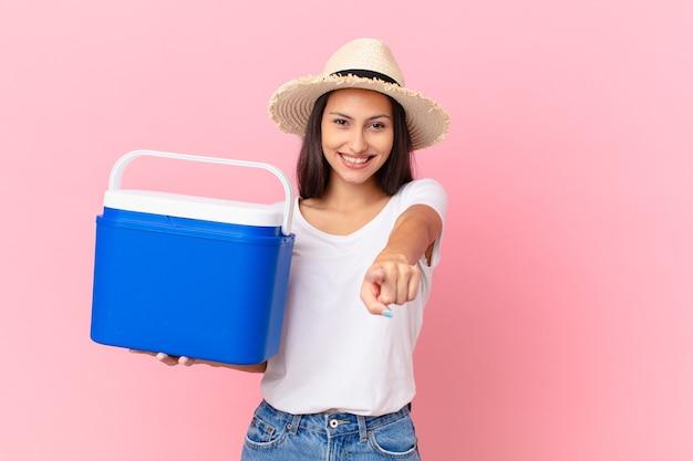 Linda mulher hispânica com um freezer portátil