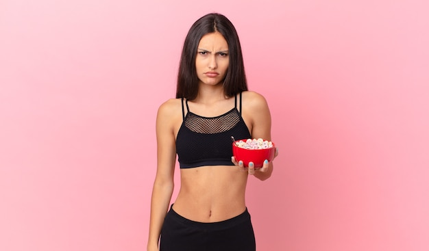 Linda mulher hispânica com uma tigela de café da manhã diet