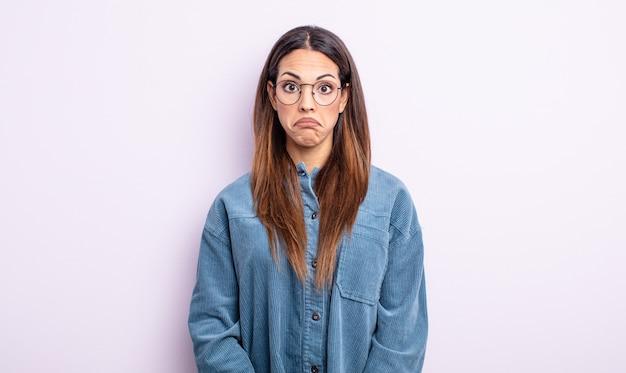 Linda mulher hispânica se sentindo triste e estressada, chateada por causa de uma surpresa ruim, com um olhar negativo e ansioso