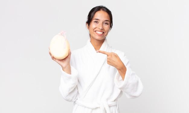 Linda mulher hispânica usando roupão de banho depois do banho