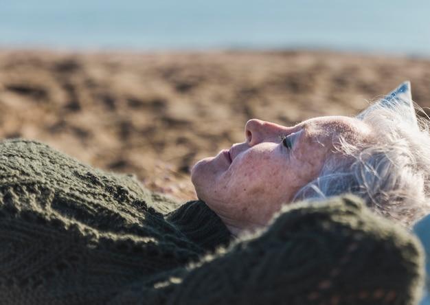 Linda mulher idosa relaxante