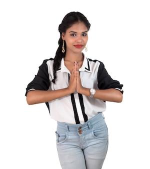 Linda mulher indiana com expressão de boas-vindas, cumprimentando namaste