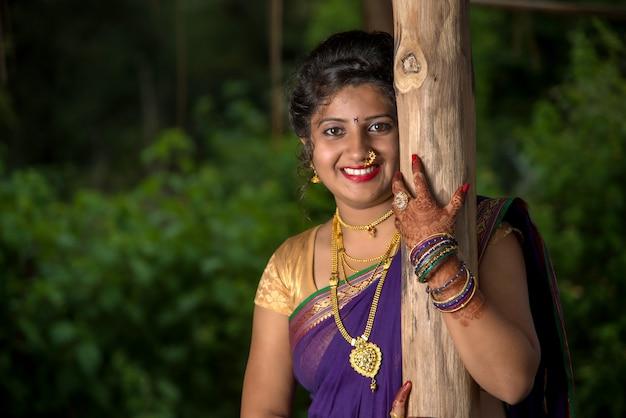 Linda mulher indiana em um traje tradicional saree