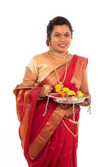 Linda mulher indiana segurando flor thali