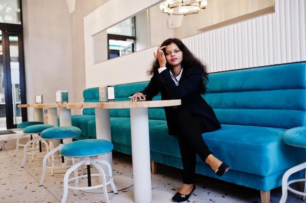 Linda mulher indiana usa pose formal no café.