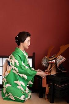 Linda mulher japonesa ao lado de um objeto tradicional