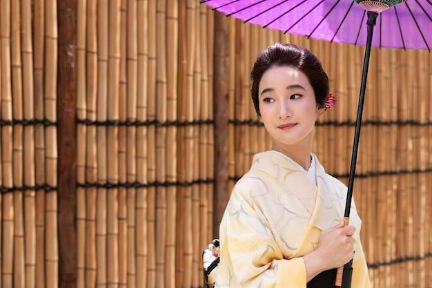 Linda mulher japonesa de quimono com espaço de cópia