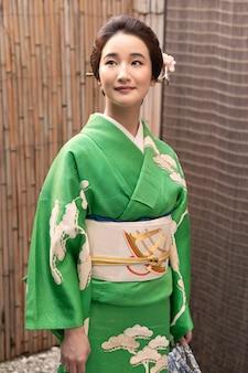 Linda mulher japonesa em um quimono ao ar livre