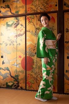 Linda mulher japonesa em um quimono verde