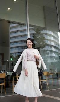 Linda mulher japonesa em uma saia branca