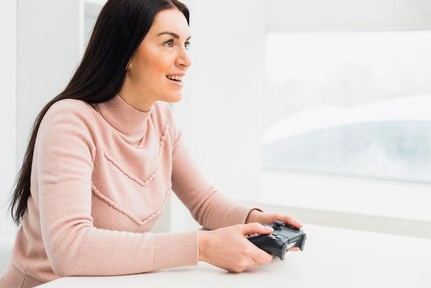 Linda mulher jogando consola de jogos