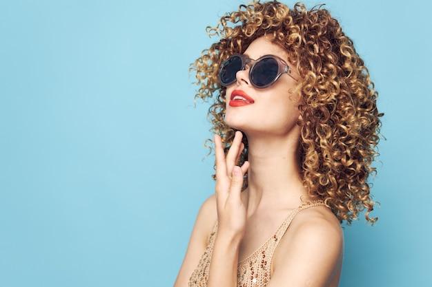 Linda mulher lábios vermelhos glamour olhar atraente modelo óculos de sol